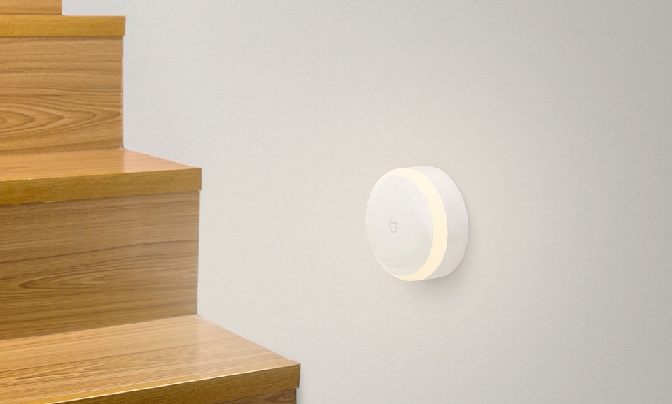 Нічна лампа MiJia Induction Night Light над сходинками