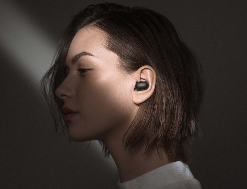 Навушники Xiaomi Redmi AirDots Wireless Bluetooth Headset дівчина в навушниках