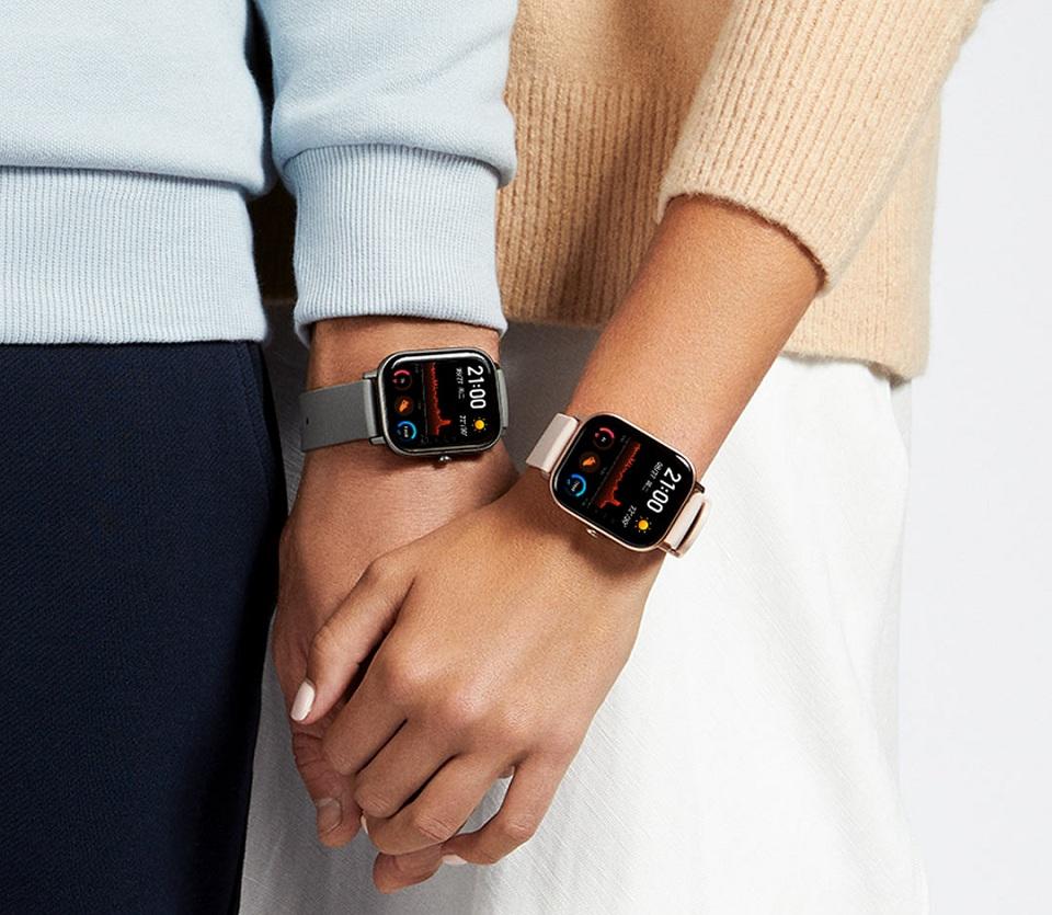 Розумний годинник Xiaomi Amazfit GTS хлопець і дівчина з годинником