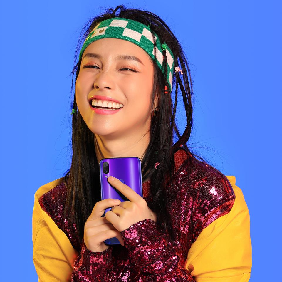 Смартфон Xiaomi Mi Play дівчина зі смартфоном