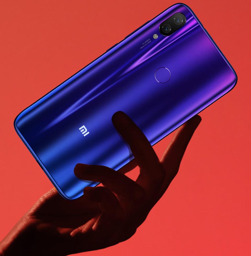 Смартфон Xiaomi Mi Play в руці користувача